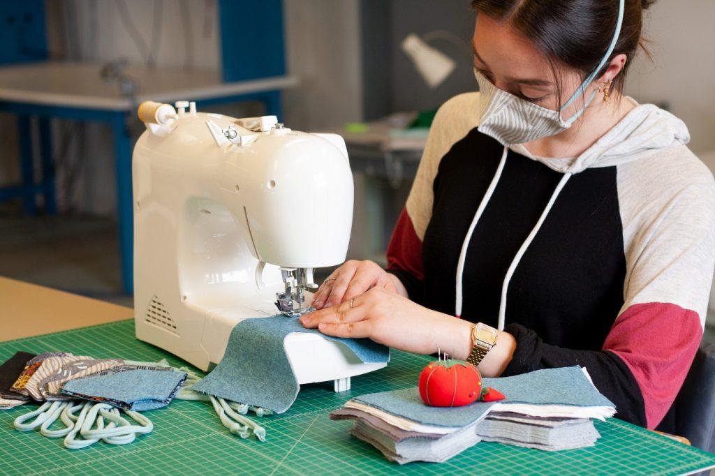 Modello e istruzioni per realizzare una mascherina ergonomica in casa propria.
