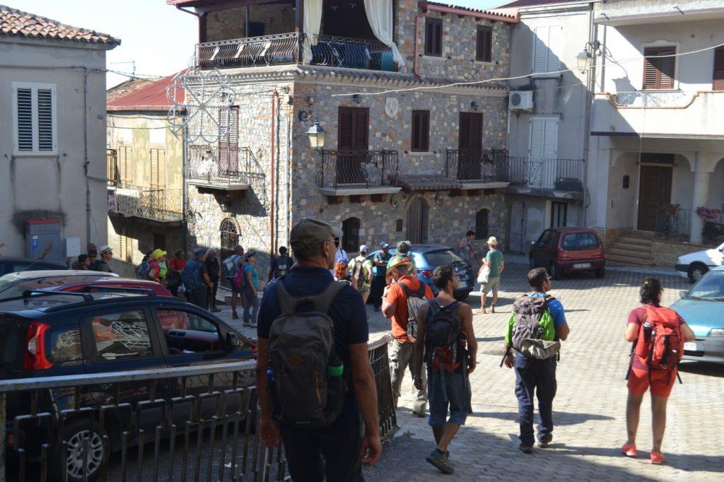 Escursionisti attraversano il borgo di Pellegrina, frazione di Bagnara Calabra.