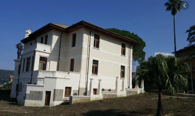 Villa costruita da Vincenzo De Leo nel 1922, si trova nel borgo Pellegrina di Bagnara Calabra