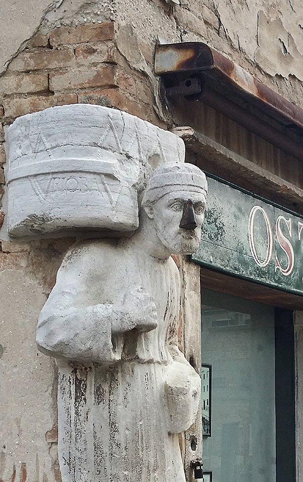 Dettaglio del naso portafortuna trafugato a una delle statue del palazzo del cammello a venezia