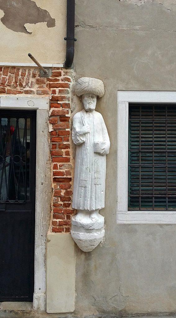 Statua raffigurante uno dei fratelli che fecero costruire il palazzo del cammello a venezia